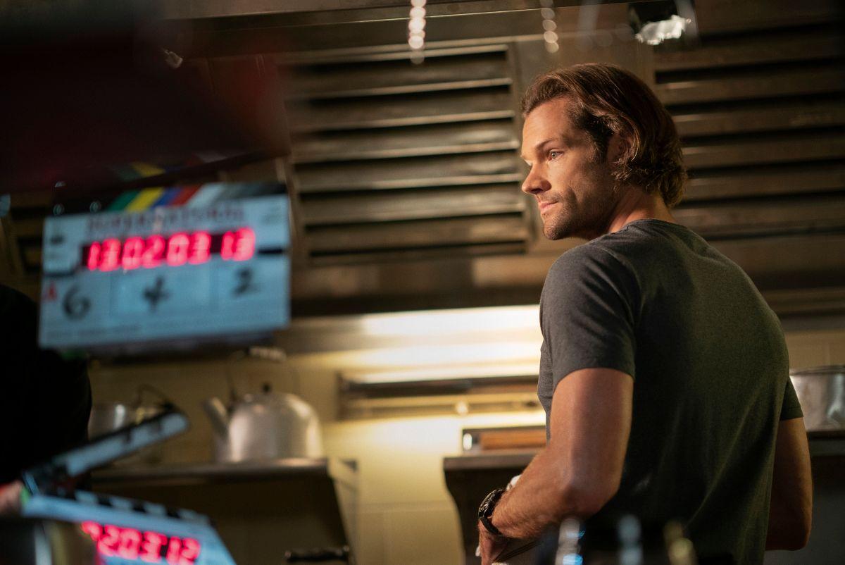 """Supernatural - """"Carry On"""" - Número da imagem: SN1520A_BTS_0306r.jpg - Na foto: Nos bastidores com Jared Padalecki - Foto: Cristian Cretu / The CW - © 2020 The CW Network, LLC. Todos os direitos reservados."""
