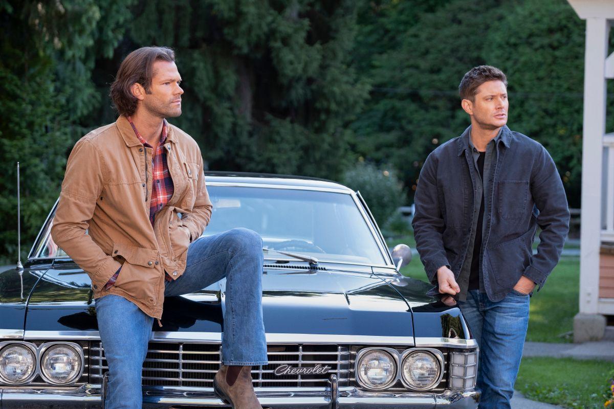 """Supernatural - """"Carry On"""" - Imagem Número: SN1520C_0272r.jpg - Na foto (LR): Jared Padalecki como Sam e Jensen Ackles como Dean - Foto: Robert Falconer / The CW - © 2020 The CW Network, LLC. Todos os direitos reservados."""